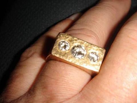 男子清理祖屋时候掉出一枚戒指,专家鉴定后,他尖叫起来