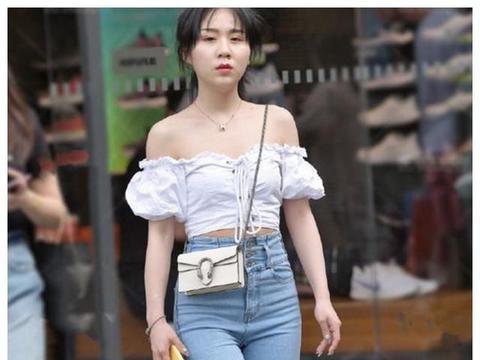 街拍美女:一字肩宽松灯笼袖背心配高腰牛仔裤,尽显身体曲线美