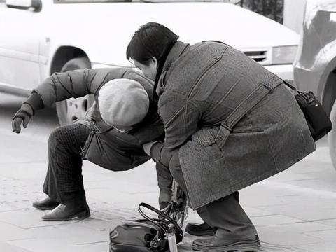 男子扶老人被讹寻了短见,老人家属说,他没撞到为啥要送医院?