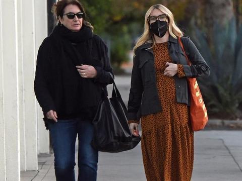 艾玛·罗伯茨穿豹纹长裙和妈妈上街,时尚优雅,怀孕后更美了!