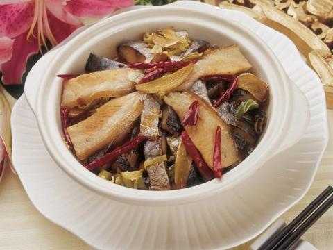美食推荐:糖醋浇汁扁口鱼,花生咸鱼煲,酸甜烤麸