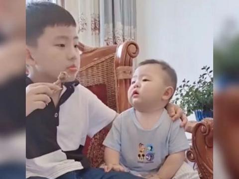 弟弟想吃哥哥手里的鸡腿,咽口水的样子萌翻了,网友:诱惑太大了