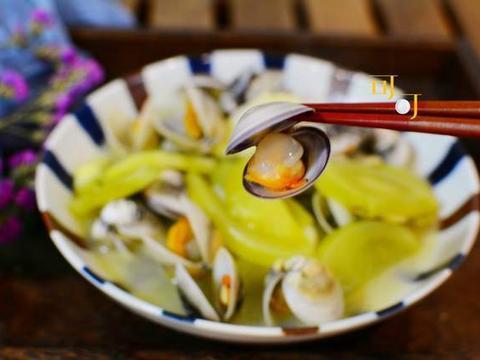 文蛤除了炖蛋还有新吃法,加青番茄和茭白一起烩,值得试一试