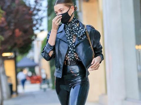海莉·鲍德温街拍:黑色机车夹克搭配乳胶Legging 波点雪纺