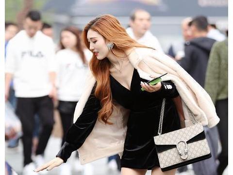 街拍:美女肤白大长腿,身披外套内搭黑丝绒裙子弯腰,真是迷人