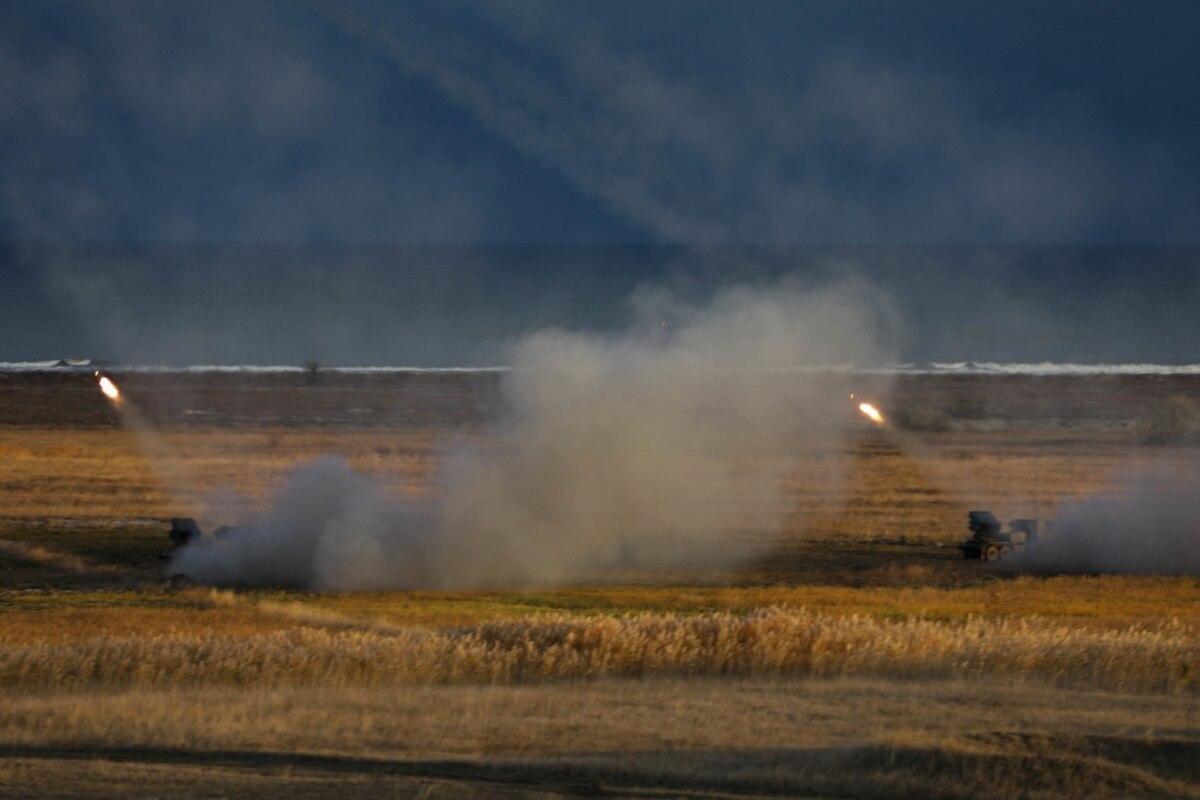 美军变本加厉挑衅俄罗斯,飞机拉来火箭弹,向克里米亚方向猛射