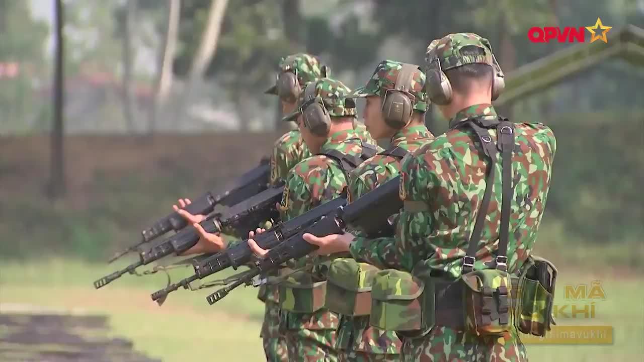 越南人民军队的军事神枪手演示小组在一次军事演示中