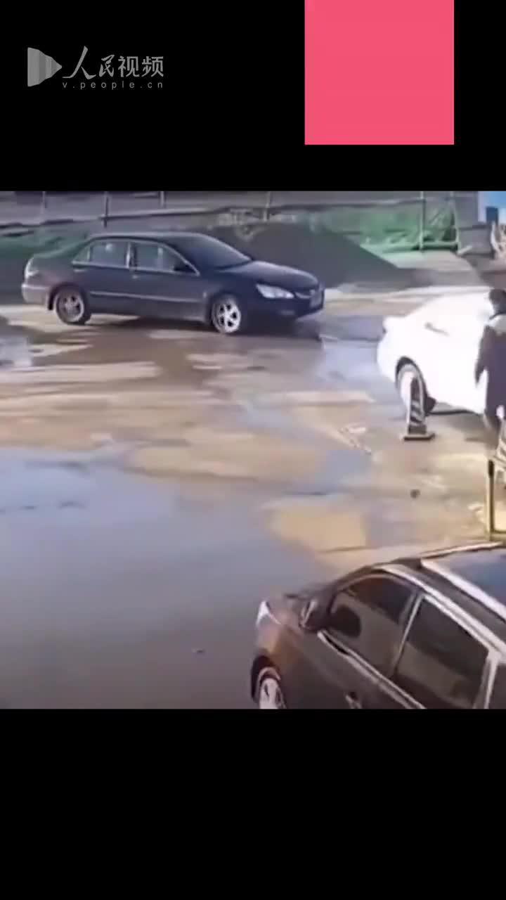 女司机洗车排队时把油门当刹车,15秒连撞4次车……