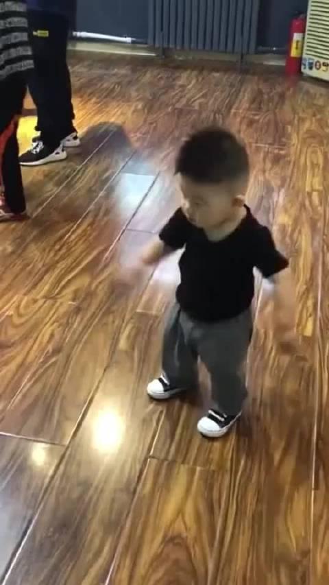 13个月的小宝宝跳街舞,表演托马斯旋转,长大后肯定是个舞王2134
