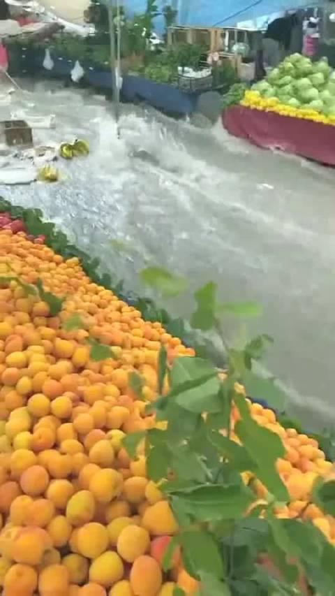 乡镇爆发洪水,商贩水果全被冲走,损失惨重!
