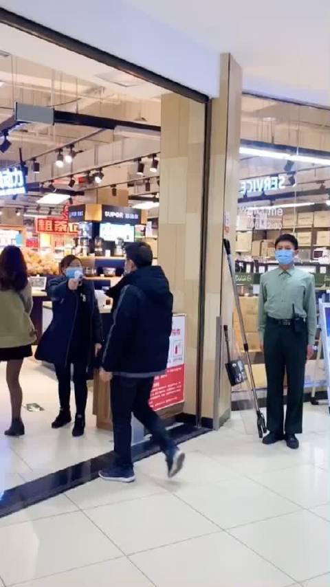 男子逛超市拒绝量体温还动手打人……