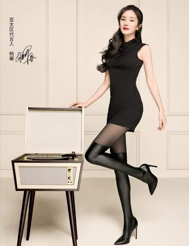 杨幂《奇葩说》路透曝光,黑白套装配玫红色内衬,蜂腰细腿抢镜