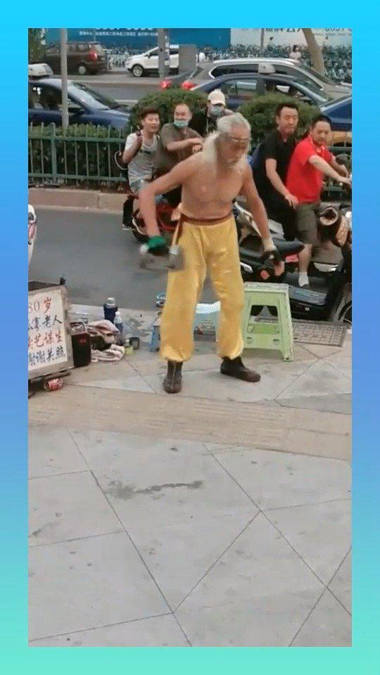 九旬大爷表演扔铁块,动作精准,很多年轻人没法比!