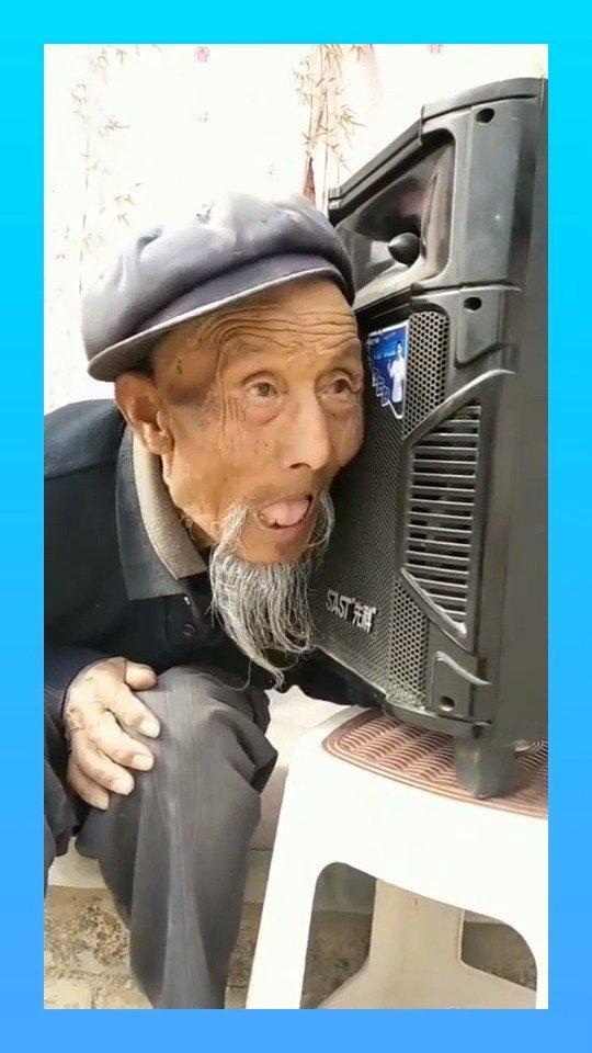 九旬老人,跟着音箱学唱歌,节奏凌乱的让人爆笑!