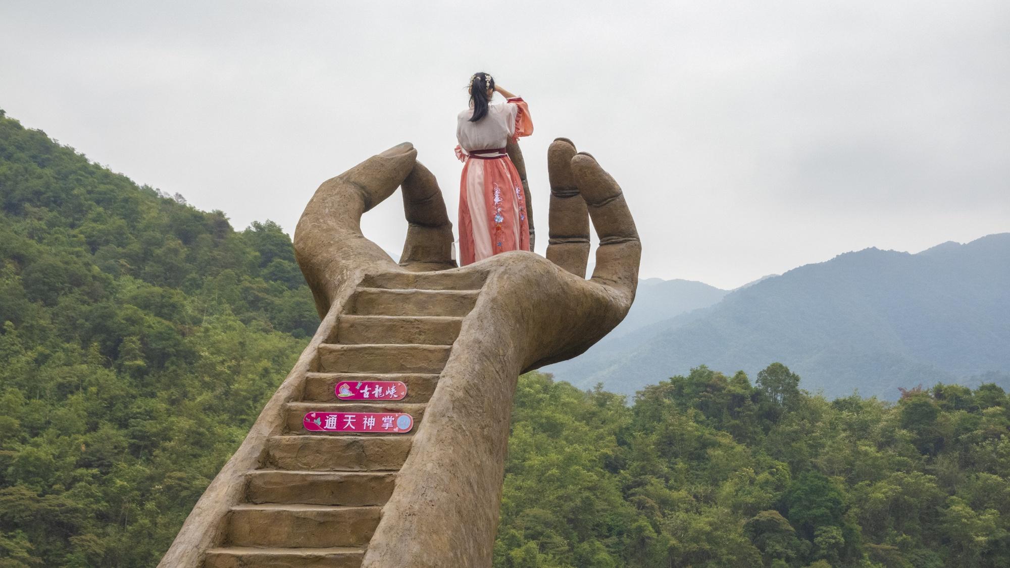 广东周边超震撼打卡地,佛手、天梯、玻霸,古龙峡这么玩太刺激了