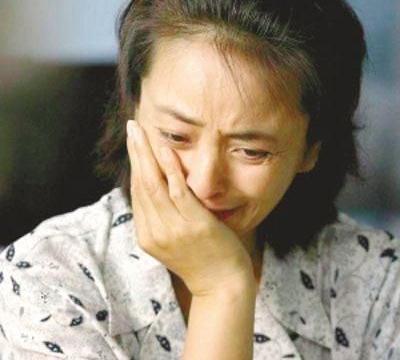 """她扬言""""绝不嫁中国人"""",3次外国婚姻皆失败,55岁带子回国捞金"""