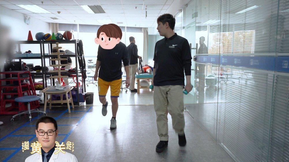 客户在做弓步进角度的动作时,吕老师纠正了其肌肉发力点…………