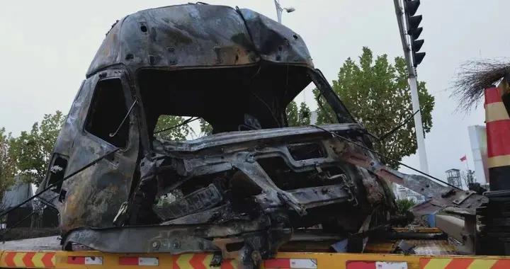 铜陵:连续驾车近10小时 货车撞上路边设施起火烧成空架