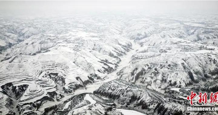"""俯瞰黄土高原云海雪山""""五线谱""""梯田环绕山谷"""