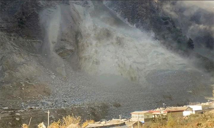 现场!实拍:四川九龙县发生高位山体滑坡 持续30小时 有扩大趋势