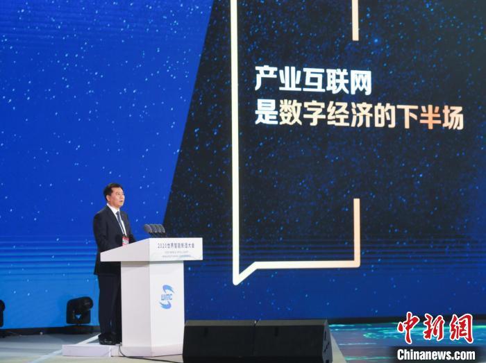 苏宁控股集团董事长张近东作为企业代表,分享了零售企业在智能制造发展进程中的角色。世界智能制造大会组委会供图