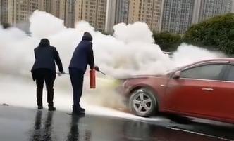 视频丨紧急时刻!常德公交驾驶员拎起灭火器冲下了车