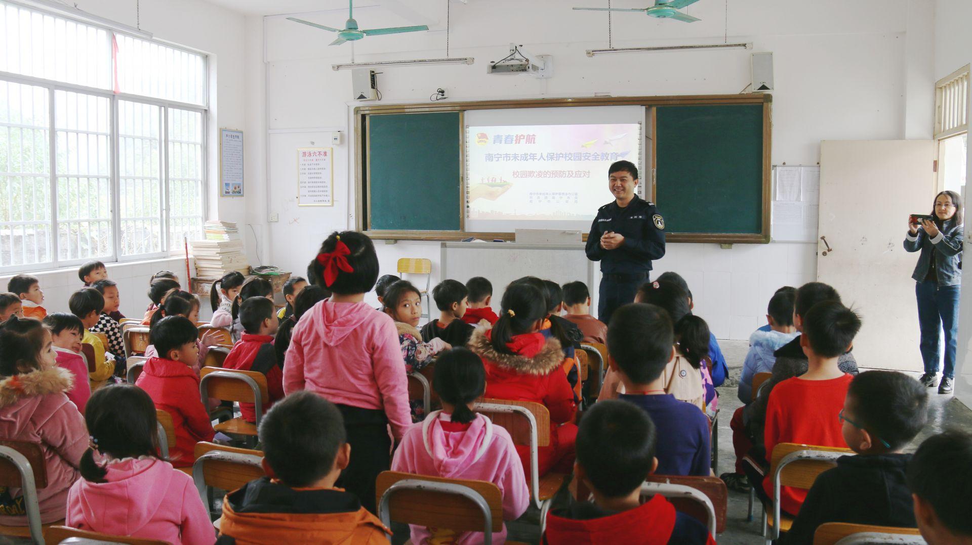 """南宁市青少年活动中心:""""流动少年宫""""安全自护体验活动首次走进乡村学校"""