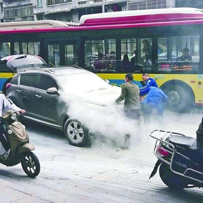 紧急时刻!公交驾驶员拎起灭火器冲下了车 (附视频)