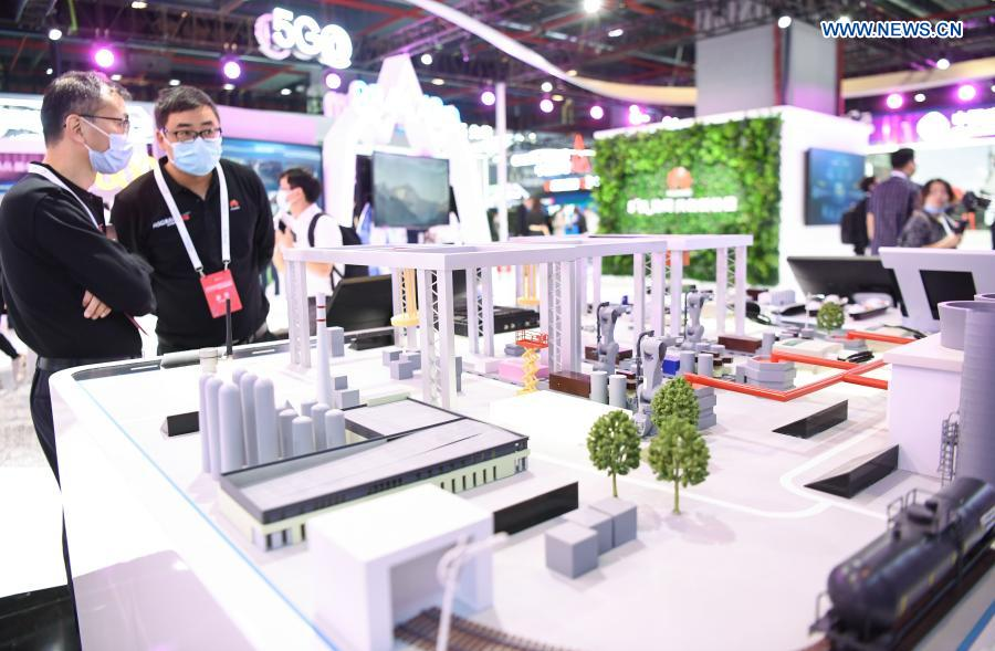 Photo taken on Nov. 26, 2020 shows a model of a 5G-supported smart factory at a 5G-themed exhibition held during the World 5G Convention in Guangzhou, south China's Guangdong Province. The 2020 World 5G Convention kicked off in Guangzhou Thursday, during which world-renowned infocom scientists, 5G service providers and 5G application adopters will exchange ideas on aspects of cutting-edge technologies, industrial development trends and innovative applications in 5G industry. (Xinhua/Deng Hua)