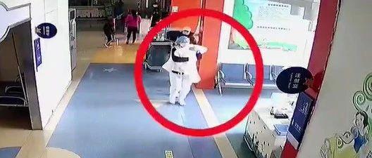 """市立医院候诊区,她抱起窒息婴儿就跑!监控拍下""""惊心动魄""""一幕……"""
