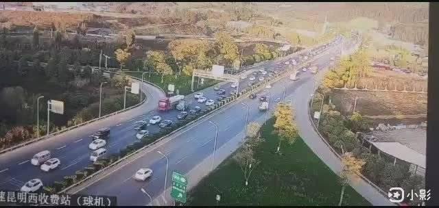 昆楚高速出昆明城方向车流量大