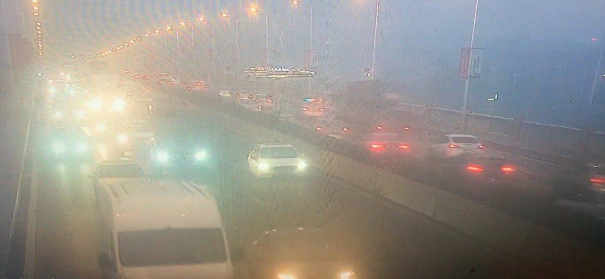石峰大桥,西往东方向,车流量大,通行速度非常缓慢…………