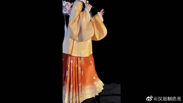 秋冬明制汉服,这是把烟花绣裙子上了吗?怎么可以这么可爱?