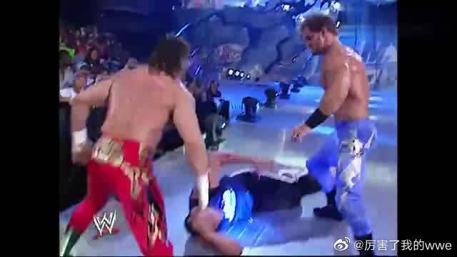 WWE:此仇不报非君子!巨石强森被布洛克小弟偷袭,半死不残!