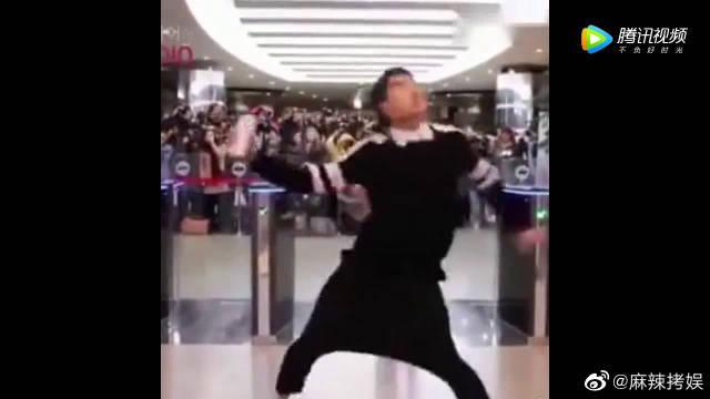 GOT7王嘉尔机场黑历史 可爱的王杰森啊!