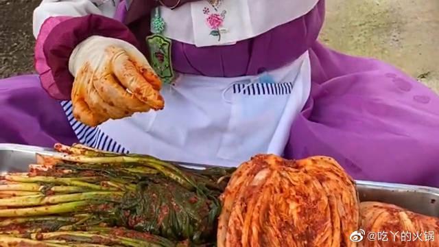 东北本地人这样吃泡菜,辣白菜卷小葱,酸辣开胃又下饭!