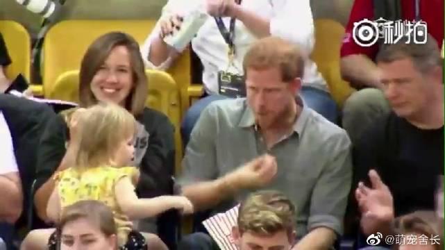 """小萝莉""""偷吃""""哈里王子爆米花被发现……"""