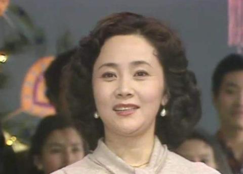 曾和赵忠祥搭档主持春晚,2次失败婚姻心灰意冷,现定居国外生活