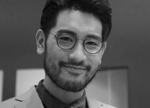 高以翔爸妈出演MV画面曝光,二哥床头摆放兄弟合影,侄子首次出镜