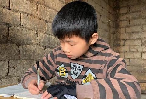 湖南永州:祁阳13岁少年唐亮,73岁奶奶打工陪读,希望爸爸病快好