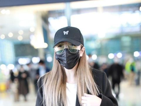 周扬青不愧是时尚达人,穿上男装走机场,英气的样子真挺撩的
