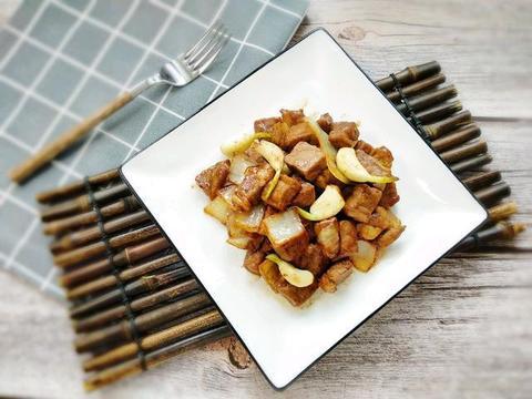 冬天滋补常吃牛肉,简单易做的蒜炒牛肉粒,鲜香入味全家都爱吃