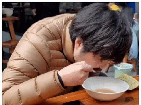 偶遇43岁王大治吃路边摊,狼吞虎咽毫无形象,当初董洁瞎眼了?