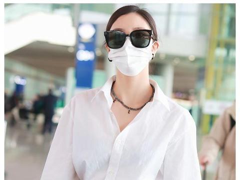 宋妍霏机场真敢穿,腰部镂空长裤搭白衬衫,尽显细腰长腿好比例