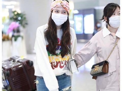 宋妍霏最新机场造型,基础款的卫衣配牛仔裤,也能穿得这么高级