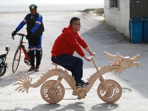 """中国大叔用2.5万根棍子,制作""""中国龙""""自行车,外表大霸气了"""