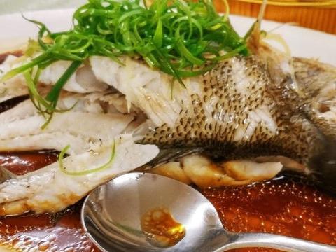 教你做清蒸鱼的方法,不放盐也不用料酒,鱼肉鲜嫩无腥味