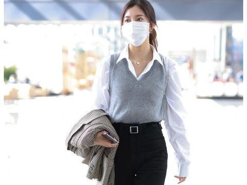 街拍:宋妍霏穿灰色针织背心配西裤搭黑短靴,尽显简约随性