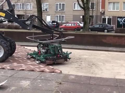 大开眼界的人行道铺砖机,终于知道国外劳动力少,效率为啥那么高