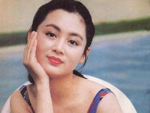 陈凯歌老婆参加奢华晚宴,打扮朴素气质绝佳,51岁逆生长似冻龄
